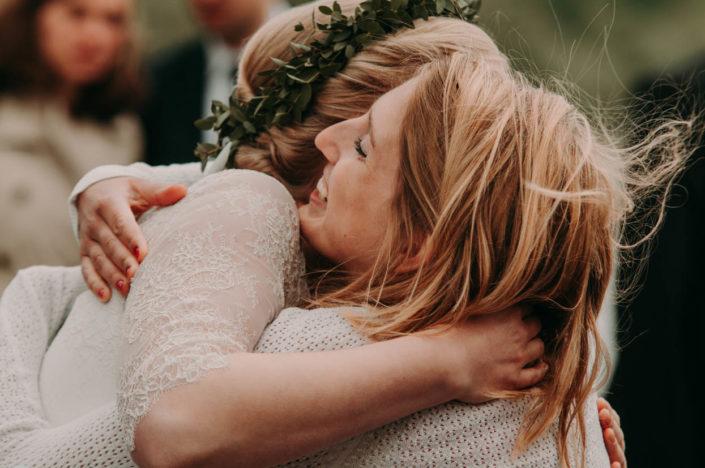 Die Braut wird innig umarmt