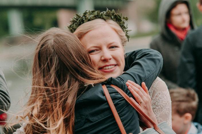 Die Braut wird feste umarmt