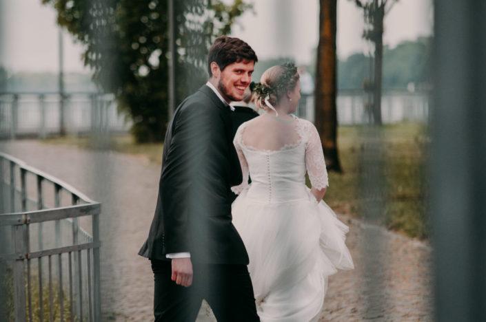 Das Brautpaar entfernt sich zum Paarshooting