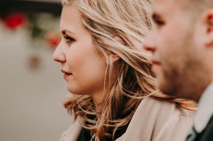 Ein Mann und eine Frau schauen dem Brautpaar hinterher