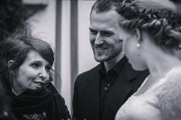 Die Braut unterhält sich mit zwei ihrer Gäste