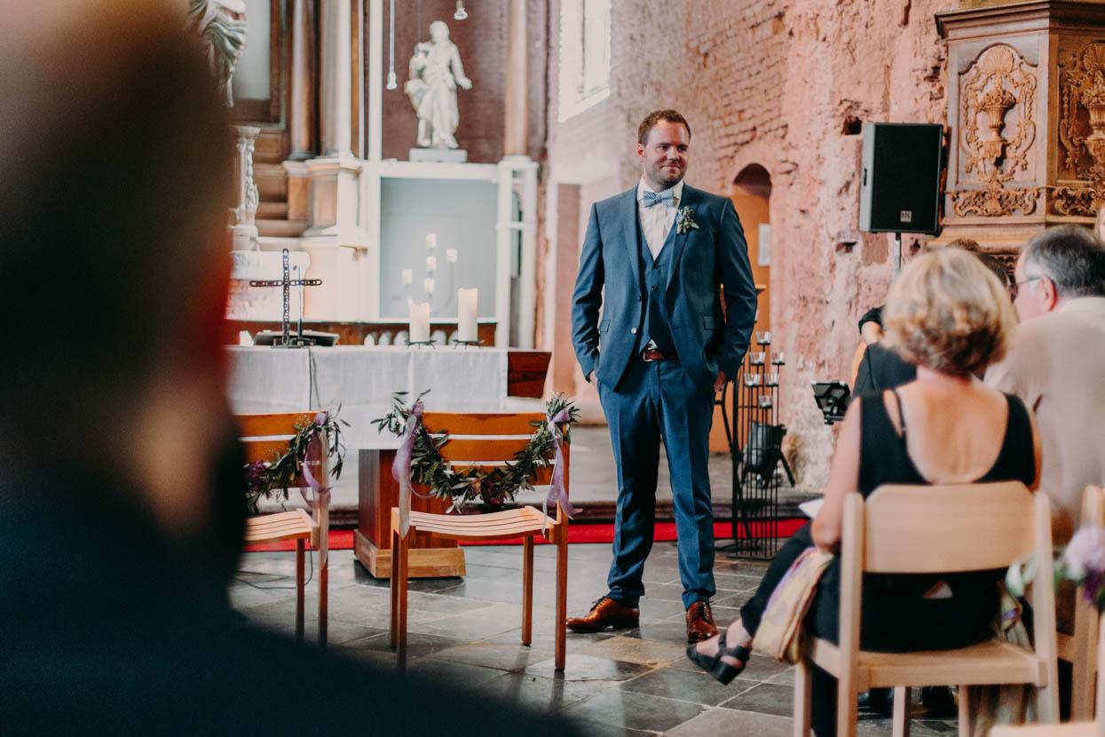 Der Bräutigam steht am Altar und wartet