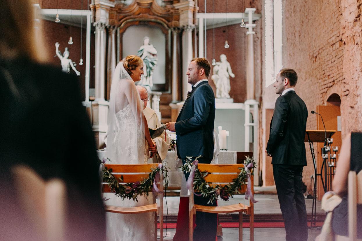 Das Brautpaar steht vor dem Altar