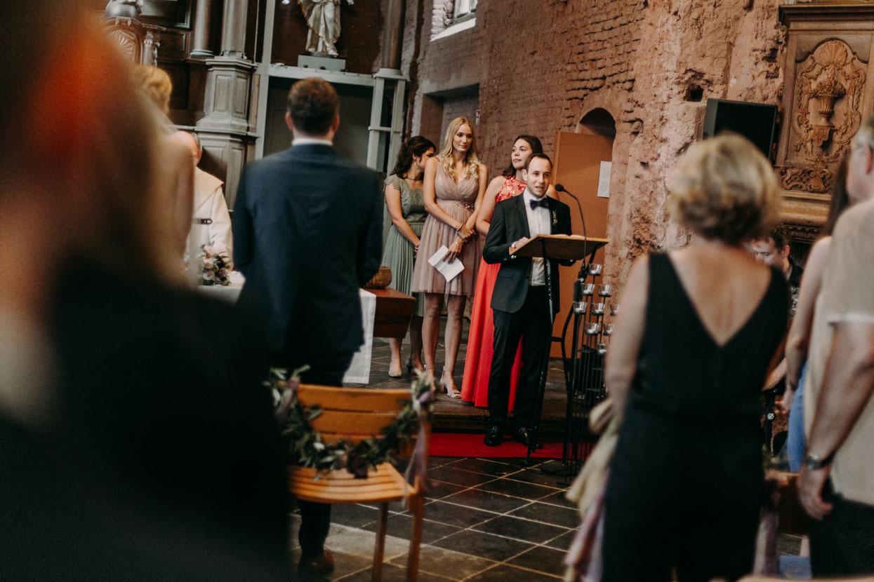 Gäste halten in der Kirche kurze Reden