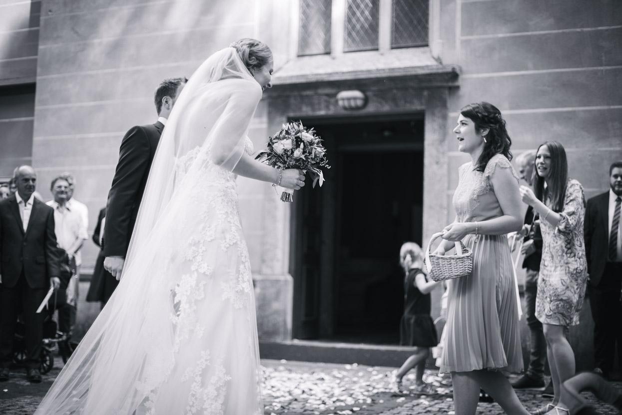 Die Trauzeugin gratuliert dem Brautpaar