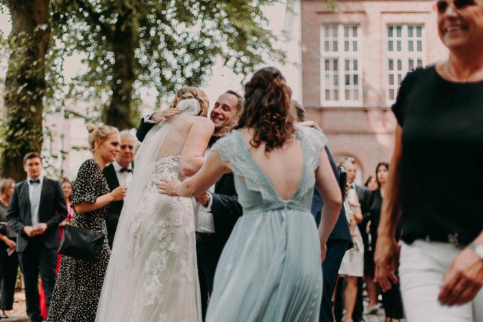 Freunde gratulieren dem Brautpaar