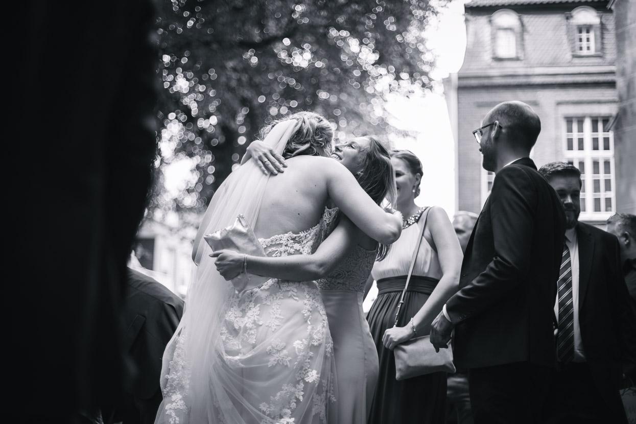 Gäste gratulieren dem Brautpaar