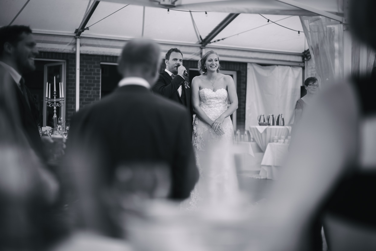 Braut und Bräutigam halten eine Rede