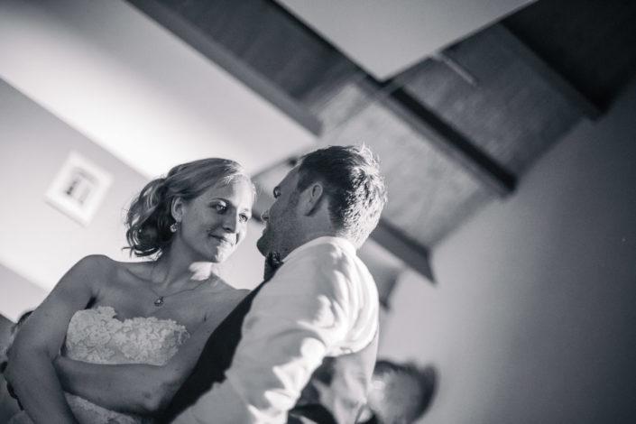 Das Brautpaar schaut sich auf der Tanzfläche tief in die Augen