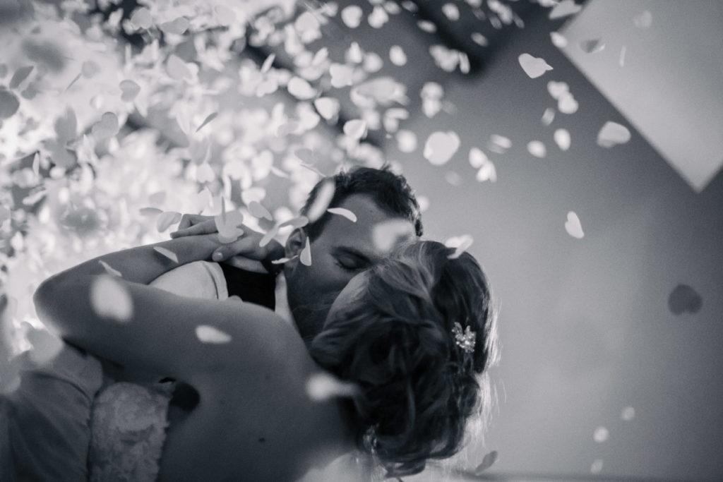 Hochzeitskuss auf der Tanzfläche