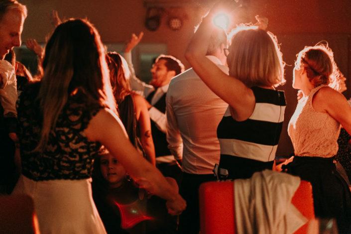 Auf der Tanzfläche wird ausgelassen getanzt