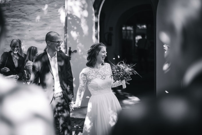 Das Brautpaar verlässt lachend die Kirche