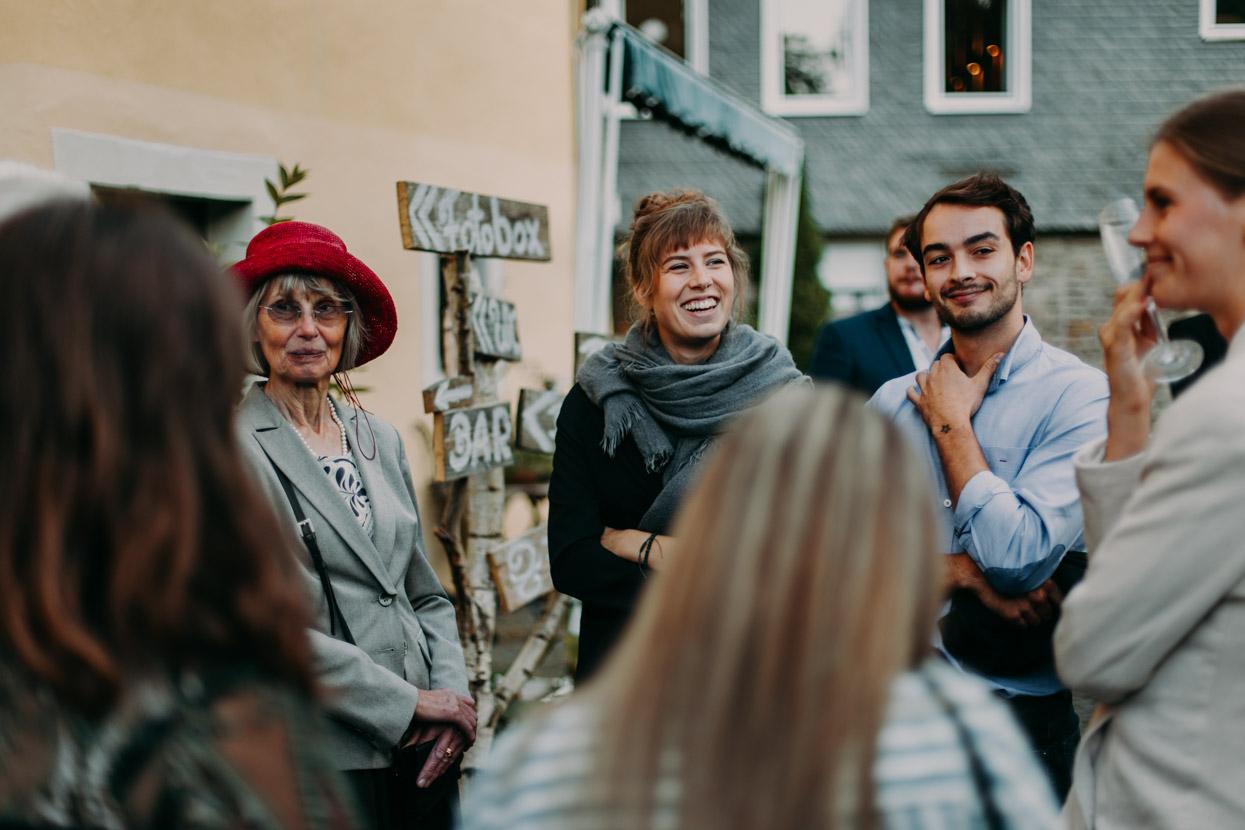 Hochzeitsgäste stehen zusammen und unterhalten sich