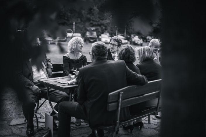 Gäste sitzen an einem Tisch