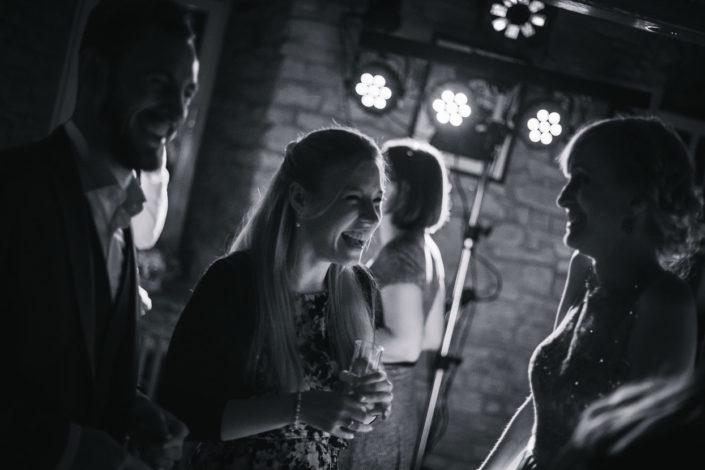 Eine Frau lacht innig bei der Party