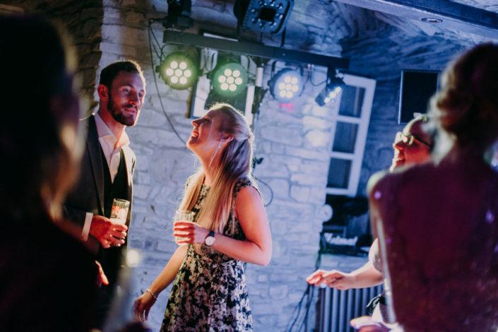 Eine Frau lacht bei der Feier