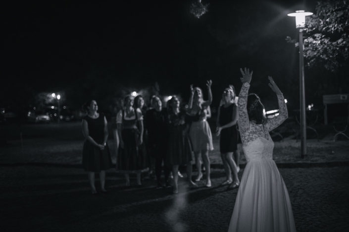 Die Braut wirft den Brautstrauß