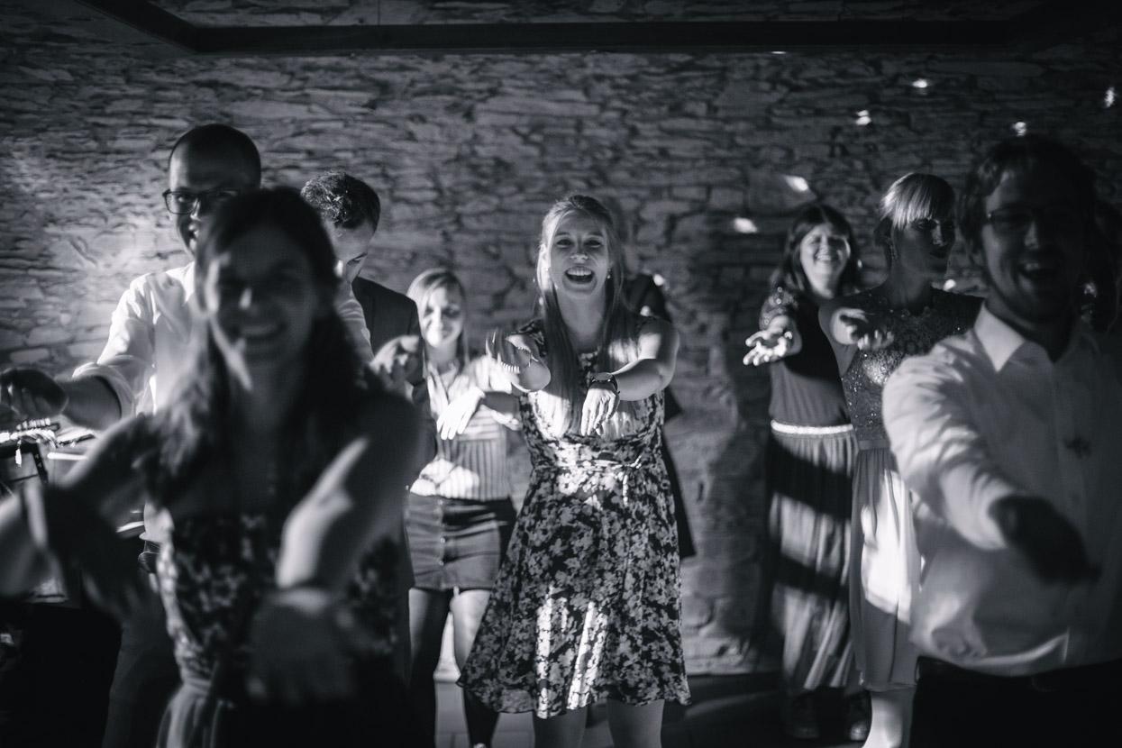 Gäste tanzen zusammen zu einem Lied