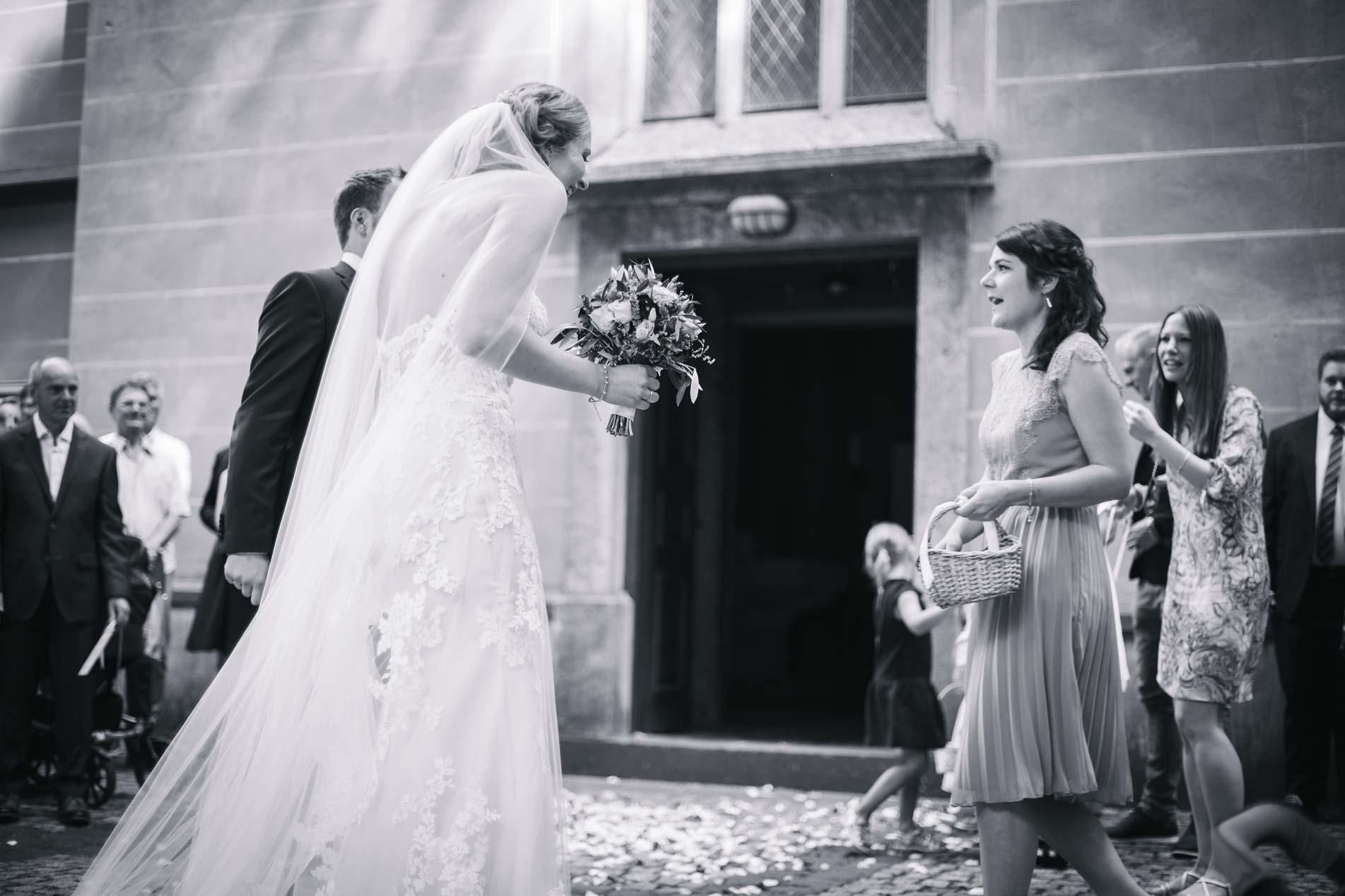 Brautpaar wird vor der Kirche empfangen