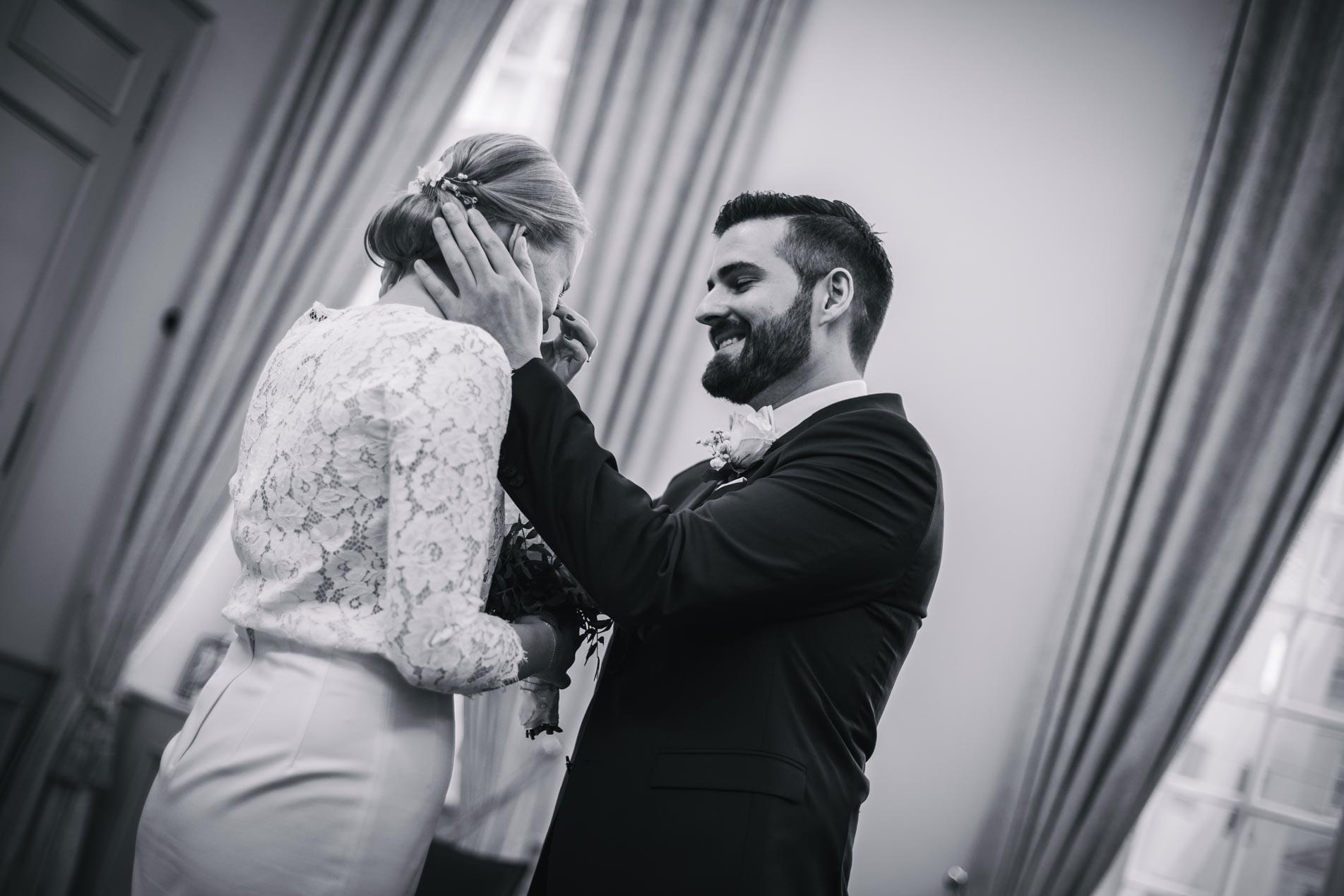 Glückliches Paar nach der standesamtlichen Trauung