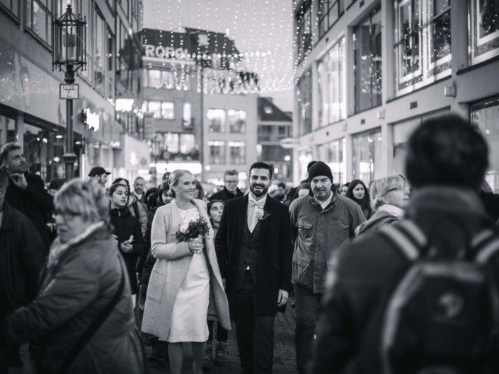 Ehepaar geht durch die Bonner Innenstadt