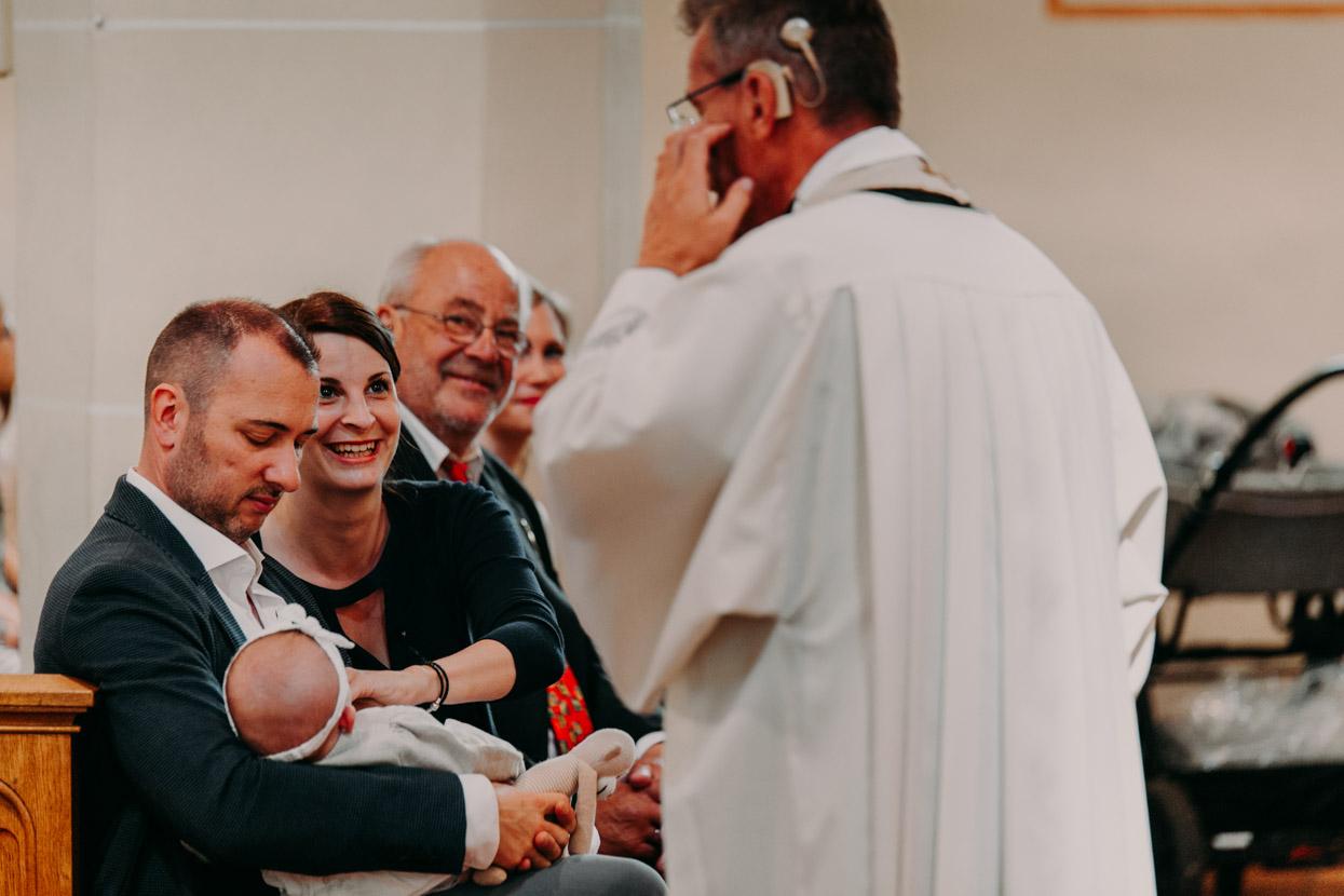 Der Pastor begrüßt die Taufeltern