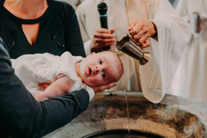 Der Pastor tauft das Baby
