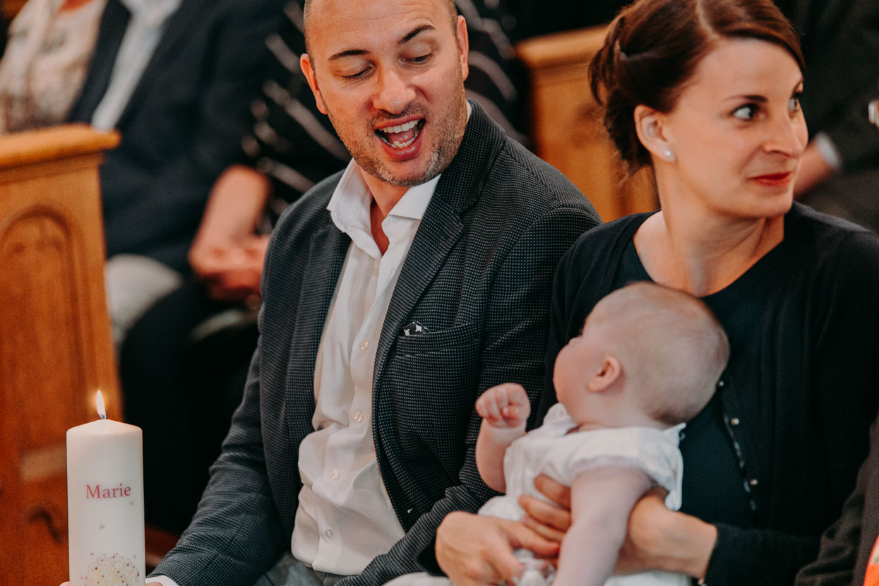 Der Vater zieht vor dem Baby Grimassen