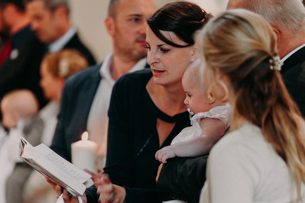 Die Taufgäste singen in der Kirche