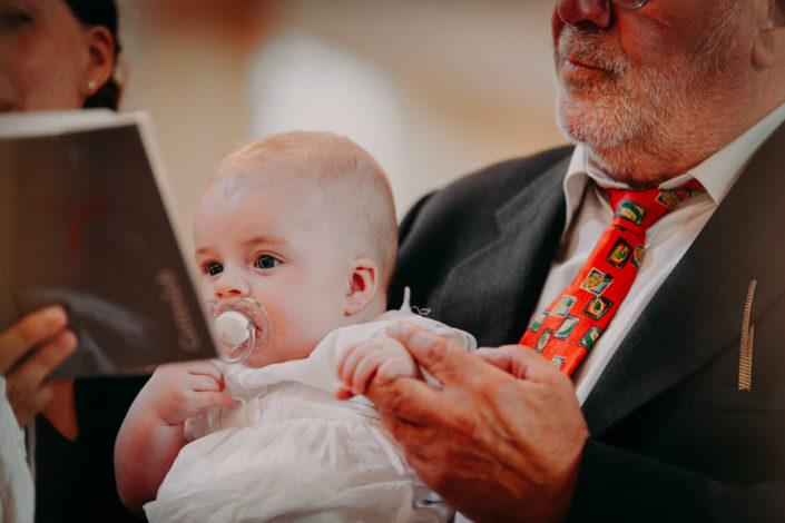 Der Großvater hält das Baby